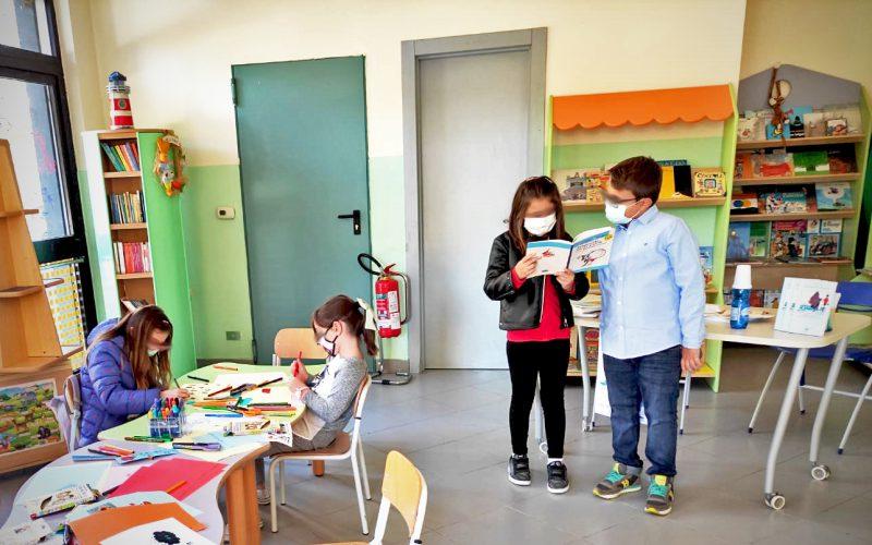 """""""A disegnare Rodari"""" è il laboratorio di letture in famiglia durante """"Chi fa da sé fa per tre"""" in occasione dei cento anni di Gianni Rodari."""