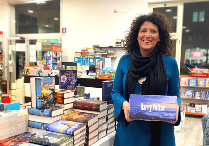 """La consigliera comunale Alessia Alboresi dona l'intera saga di Harry Potter per la raccolta di libri di comunità per """"Àncora di parole""""."""