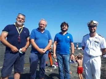 Alcuni volontari di PANT-AID e un membro dell Guardia di Costiera dopo il rilascio della tartaruga di caretta caretta a Pantelleria nel mese di Settembre 2020